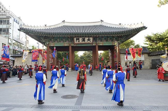 Upacara Pergantian Penjaga Kerajaan di Istana Deoksugung Dibuka Kembali