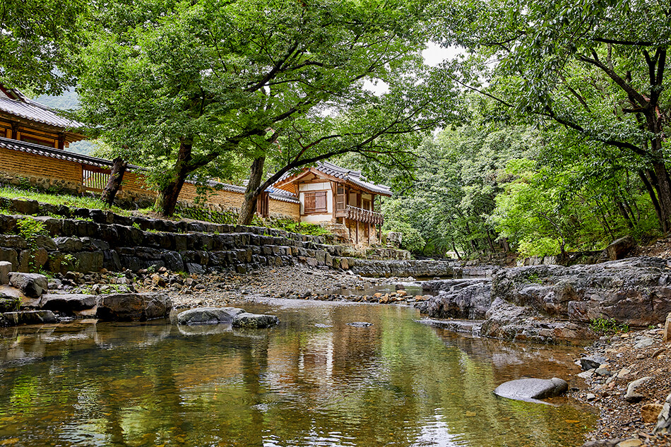 Mengagumi Alam di Tengah Kedamaian Lembah dan Air Terjun
