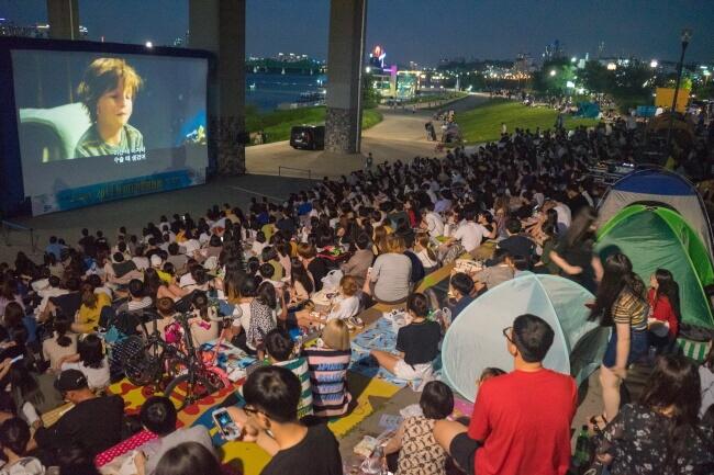 Nikmati Movie Night di Tepi Sungai Hangang