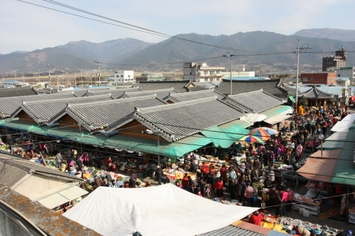 Pasar Gurye berselang lima hari atau Pasar Tradisional Gurye