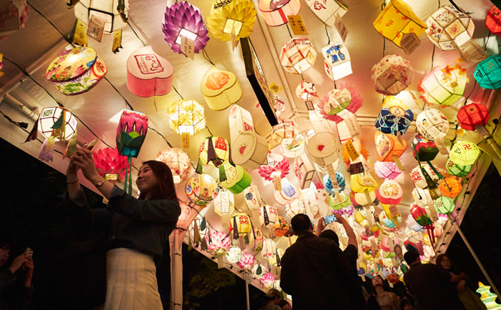 Pesona & Kegembiraan Tradisional yang Bertemu di Festival Lentera Lotus