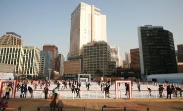 Hangatkan Musim Dinginmu dengan Meluncur di Arena Ice Skating Plaza Seoul!