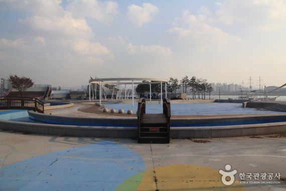 Kolam Renang Luar Ruang di Ttukseom Hangang Park