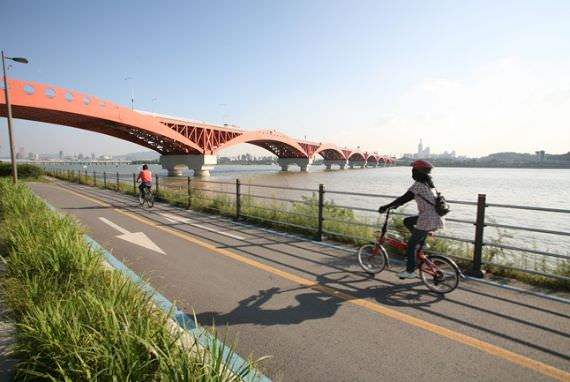 Nikmati Bersepeda di Sekitar Taman Hangang!