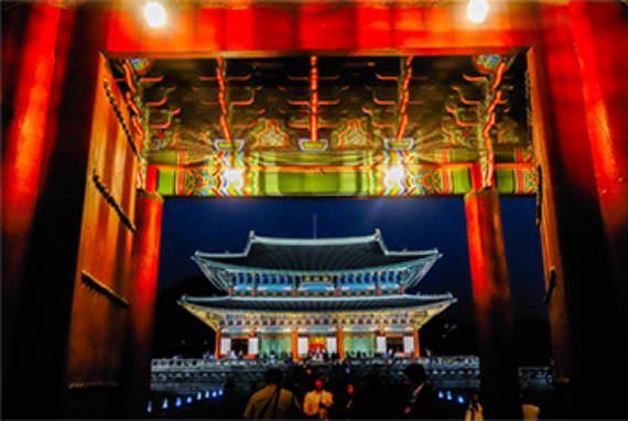 Kunjungan Khusus Malam Hari ke Istana Kerajaan Meningkat