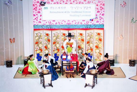 Reka Ulang dari Upacara Pernikahan Tradisonal Korea di Bandara Internasional Incheon