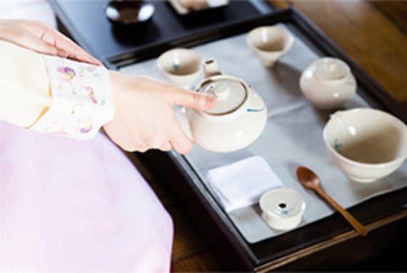 "Menikmati budaya teh di hanok dalam ""Yoon Tearoom""?"