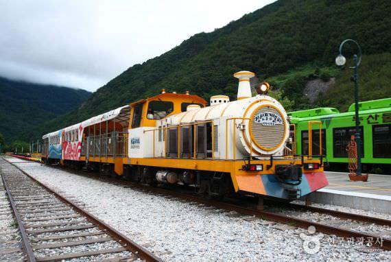 Bersepeda di Lintasan Jalur Kereta Api Jeongseon Auraji